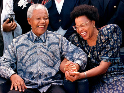 Mandela, con Graça Machel, en 1998. REUTERS/Mike Hutchings