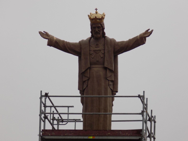 Znalezione obrazy dla zapytania Pomnik Chrystusa Króla stanął na wzgórzu. Góruje nad całym Jasłem