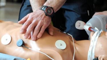 جلسة تعليمية لإجراء الإنعاش القلبي الرئوي بالضغط على الصدر