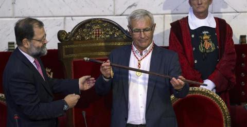 Joan Ribó (c), de Compromís, sostiene el bastón de mando tras ser elegido hoy alcalde de Valencia al obtener la mayoría absoluta del consistorio.- EFE