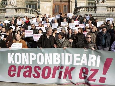Decenas de personas protestan este viernes en Bilbao. EFE/Luis Tejido