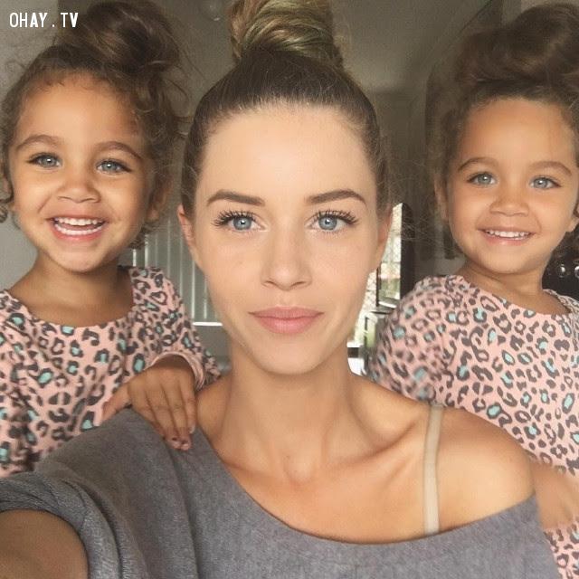 10. Hai bé gái được thừa hưởng nét đẹp từ mẹ,di truyền,sự giống nhau
