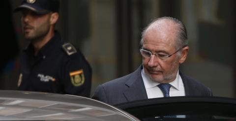 El expresidente de Bankia, Rodrigo Rato, a la salida de la Audiencia Nacional tras declarar por las tarjetas black. REUTERS