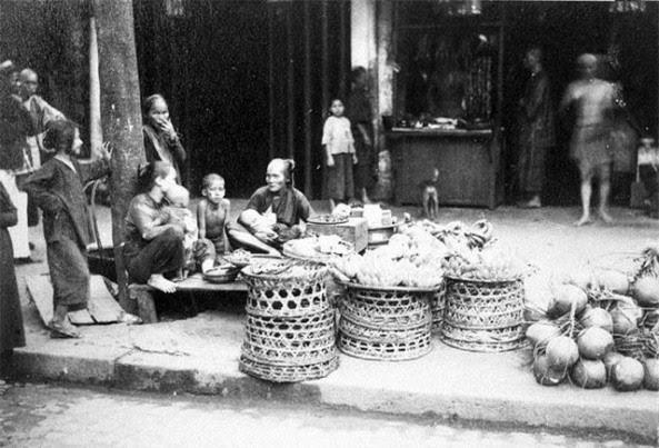bán trái cây và rau trên phố (năm 1890).