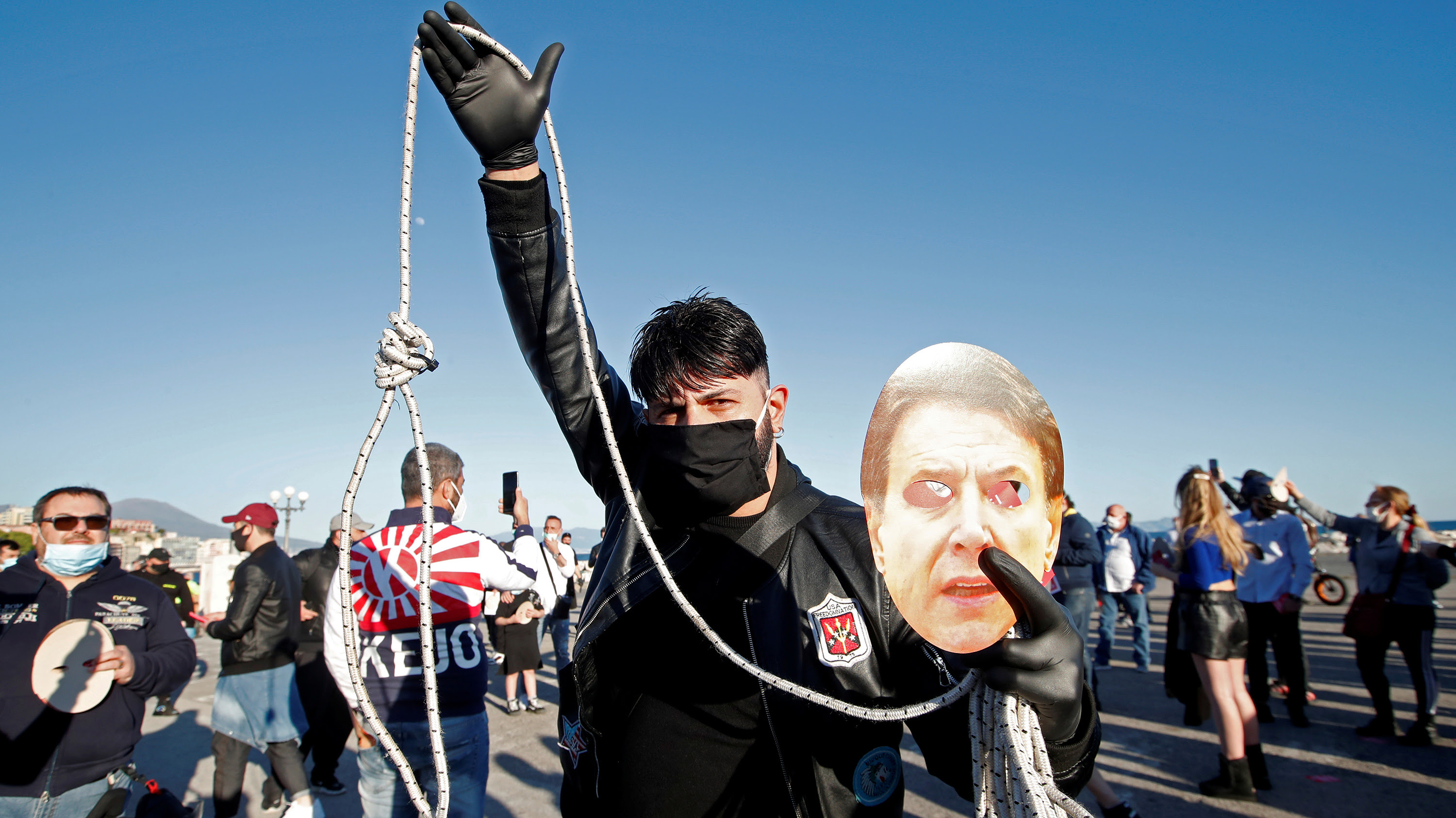 The photo shows a man with a mask brandishing a noose and a picture of the prime minister.