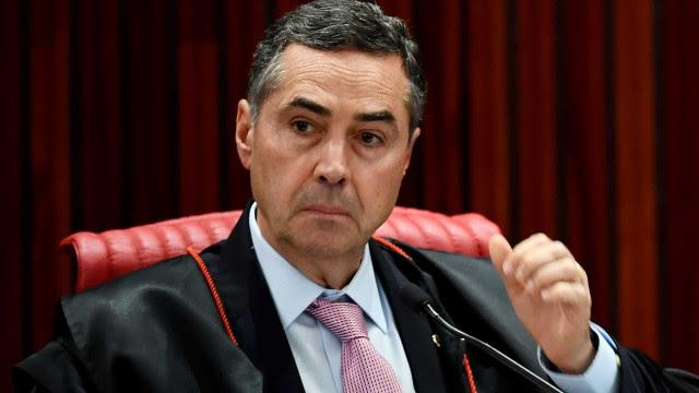 Após Bolsonaro destacar voto em cédula no Senado, Barroso, presidente do TSE, exalta urna eletrônica