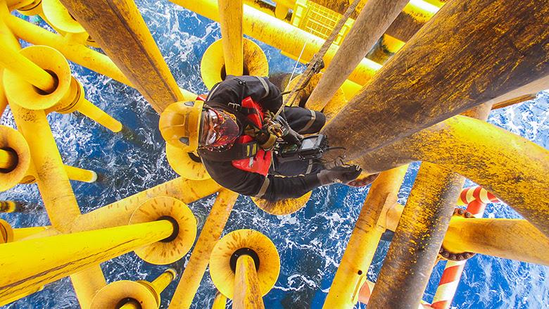 Un trabajador accede a la inspección de la tubería de producción de petróleo y gas en alta mar. © Shutterstock