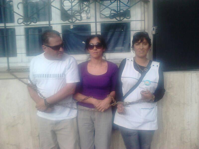 Docentes autoconvocados de Chilecitos, encadenados en la capital provincial.