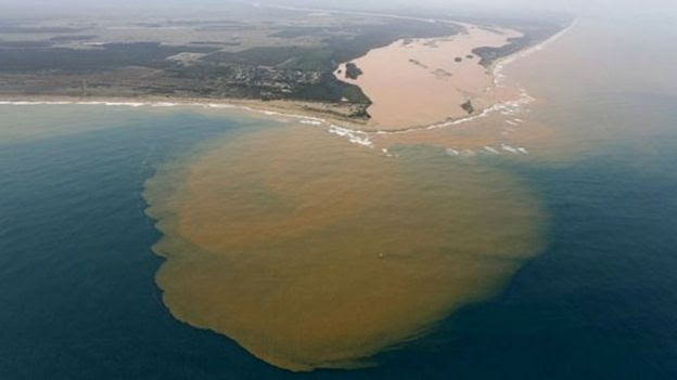 Vista aérea do Rio Doce desaguando no mar de Regência, no Espírito Santo, após desastre em Mariana