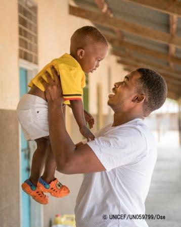 生後1歳10カ月の息子を抱き上げるお父さん(ウガンダ)。 (C) UNICEF_UN059799_Ose