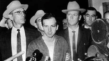 Foto con fecha del 22 de noviembre de 1963 de Lee Harvey Oswald, acusado de asesinar a John F. Kennedy, durante una conferencia de prensa después de su arresto en Dallas