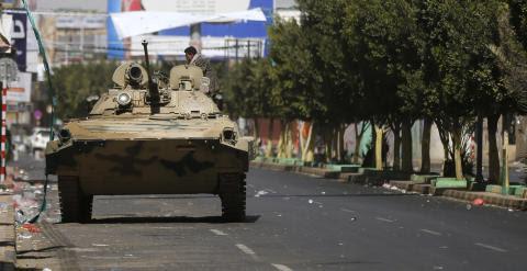 Un tanque vigila uno de los accesos al palacio presidencial en Saná. - REUTERS