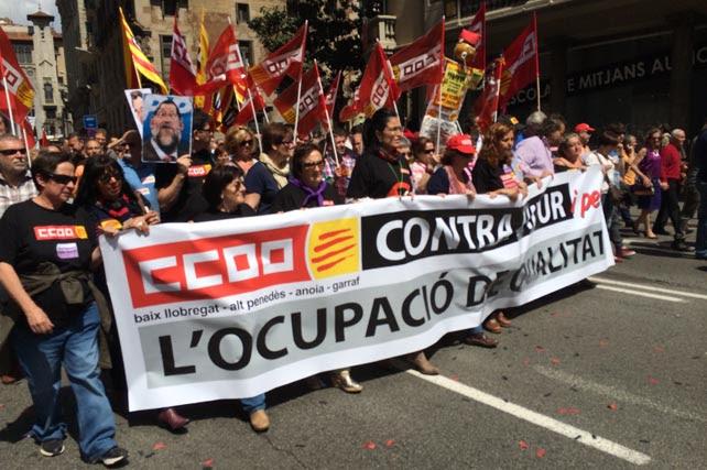 Decenas de miles de personas han marchado por el centro de Barcelona, en la marcha convocada por CCOO y UGT por el Primero de Mayo.