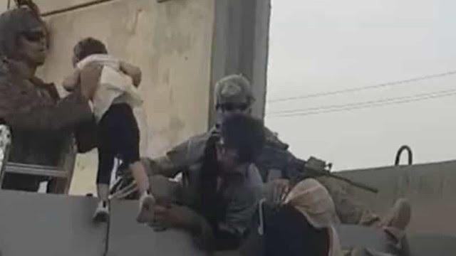 Criança é entregue a soldados dos EUA no aeroporto de Cabul; video