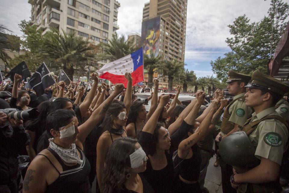 """""""Mujeres de luto"""" caminó en absoluto silencio desde la estación Salvador hasta el Palacio de la Moneda."""