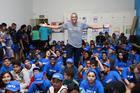 Joaquim Cruz e as crianças em Ribeirão (Luiz Doro /adorofoto/HT Sports)