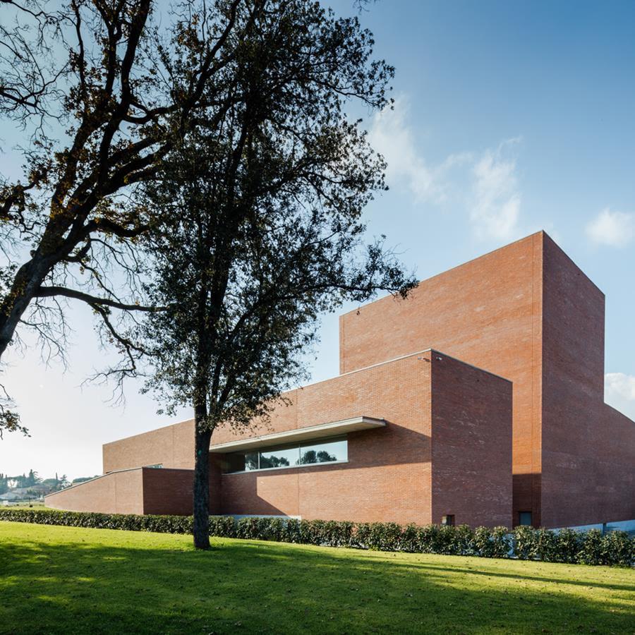 Álvaro Siza completes red brick theatre near Barcelona