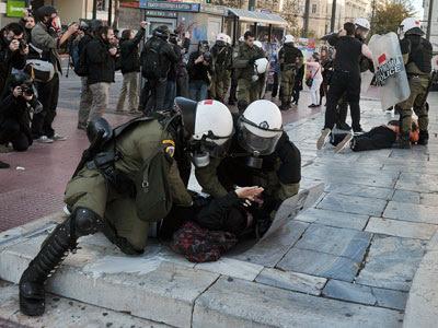 Los antidisturbios griegos detienen a varias personas. LOUISA GOULIAMAKI / AFP