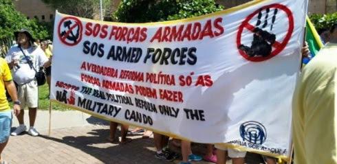 Un grupo pide la intervención militar contra Dilma en una marcha hoy, en Brasil.