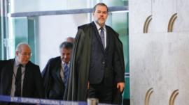 Alvo de disputa no Brasil, prisão após condenação em 2ª instância é permitida nos EUA e em países da Europa