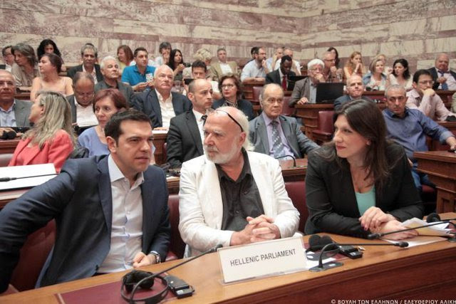 Alexis Tsipras, Primer Ministro de Grecia, junto a Eric Toussaint, Presidente de la Comisión de la Verdad, para la Auditoría de la Deuda griega, y a su lado la Presidente del parlamento
