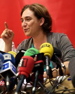 La alcaldable por Barcelona en Comú, Ada Colau, durante la rueda de prensa que ha ofrecido en la que ha anunciado que dará prioridad a acuerdos con el PSC, ERC y la CUP. EFE/Toni Albir