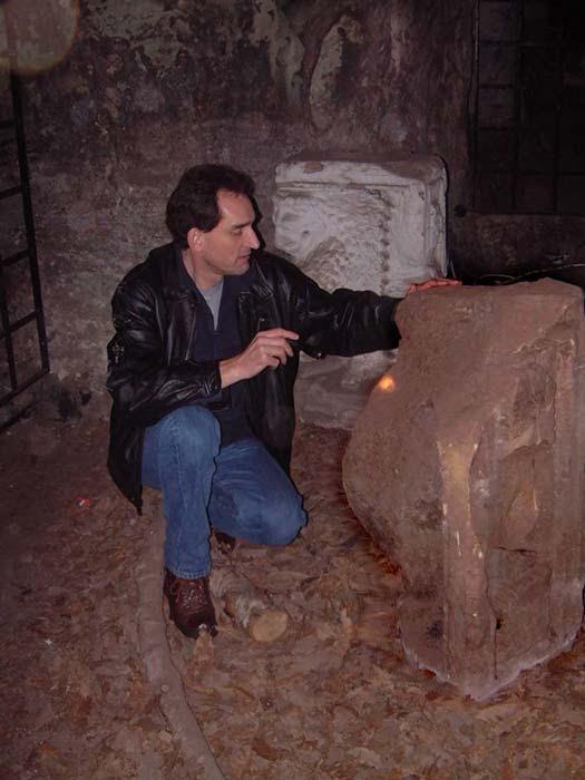 Graham examina en las cuevas de Hawkstone Park los fragmentos de la estatua del águila en cuyo interior se encontró una pequeña copa de piedra.