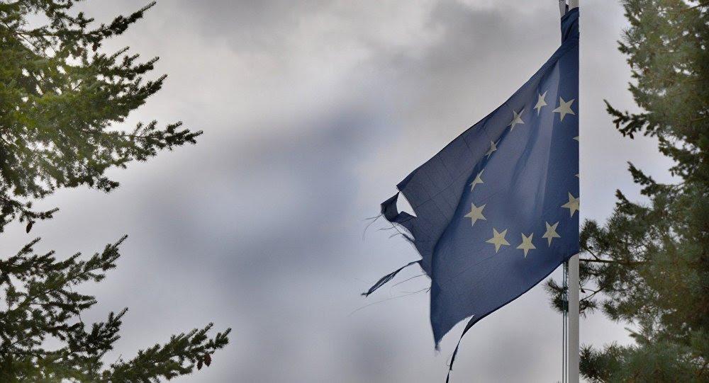 La bandera rasgada de la UE (imagen referencial)