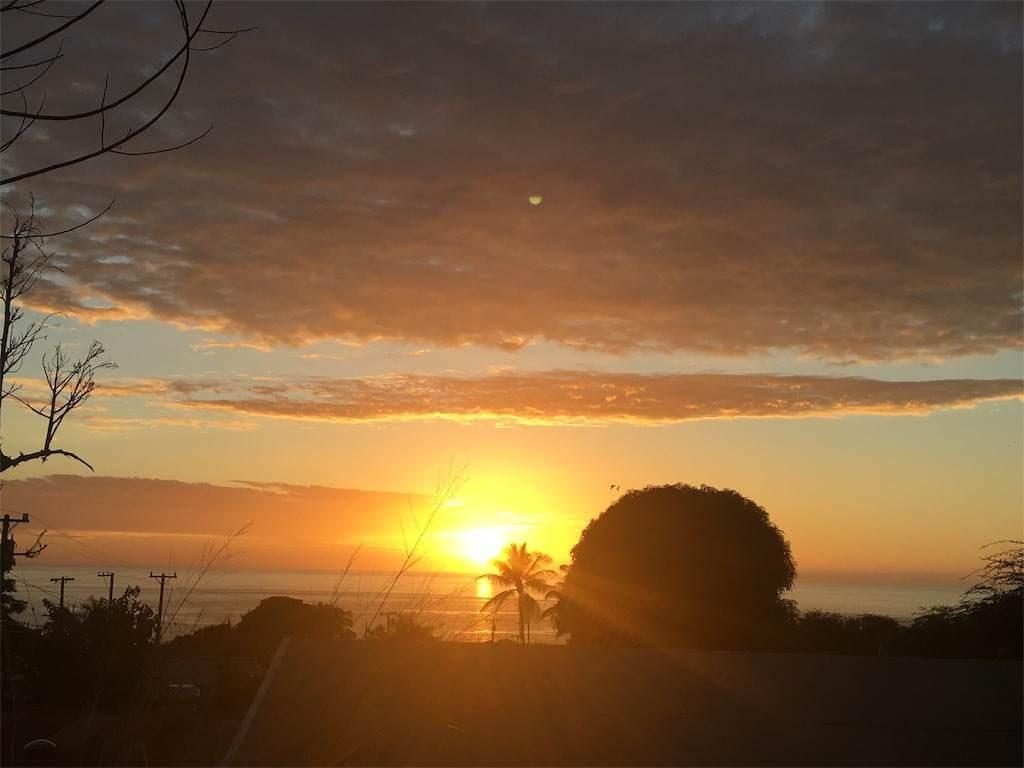 厚い雲にも負けない存在感の夕陽。