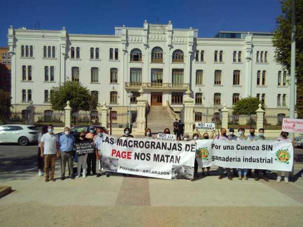 Cacerolada y pitos contra la ganadería industrial en la presentación de la Agenda 2030 castellanomanchega
