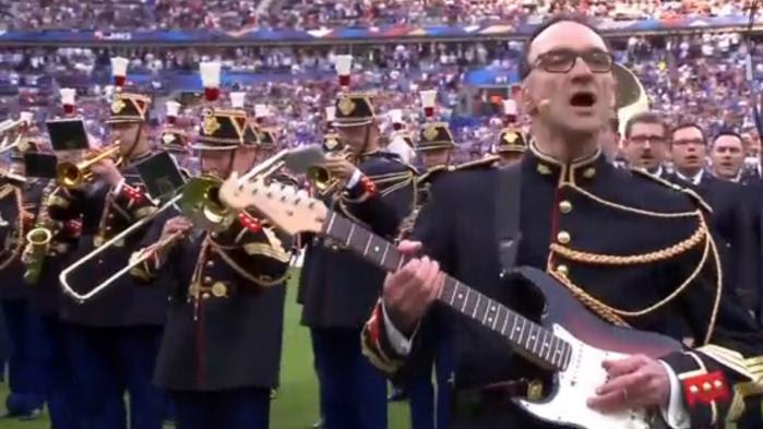 """Le gendarme de la Garde républicaine qui a chanté du Oasis au Stade de France : """"Quand je joue de la guitare, je ne calculepas"""""""