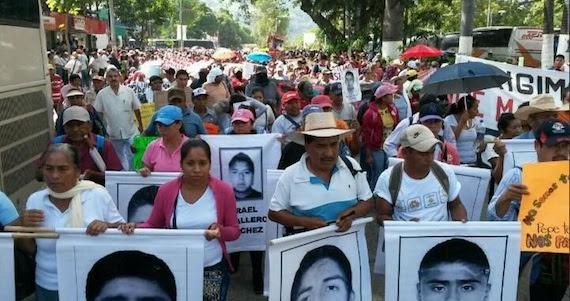 Marcha de familiares de normalistas desaparecidos en Iguala, Guerrero. Las esperanzas de que estén con vida aún persisten.