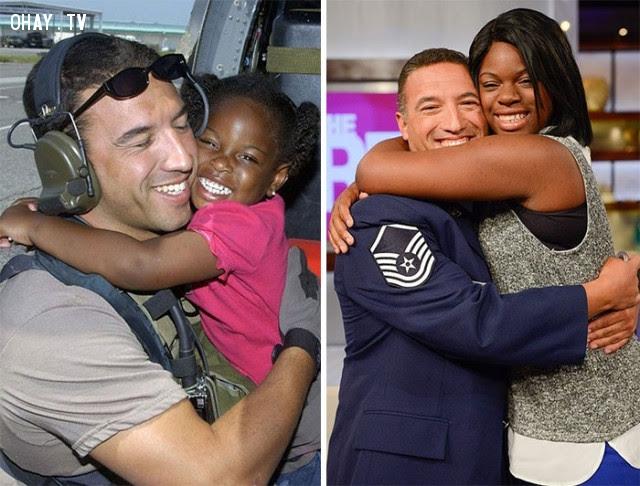 Trung sĩ Mike Maroney gặp lại cô bé LaShay anh cứu sống trong cơn bão Katrina sau 10 năm, nhờ tìm kiếm trên mạng xã hội.,Hoa Kỳ,nước mỹ,lòng nhân ái