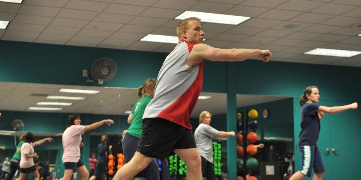 Imagen de archivo de un monitor dando una clase en un gimnasio