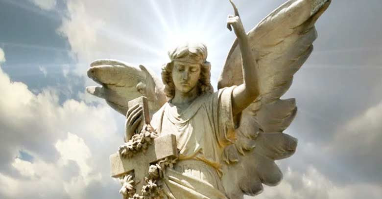 angel estatua cruz mano dedo apunta cielo