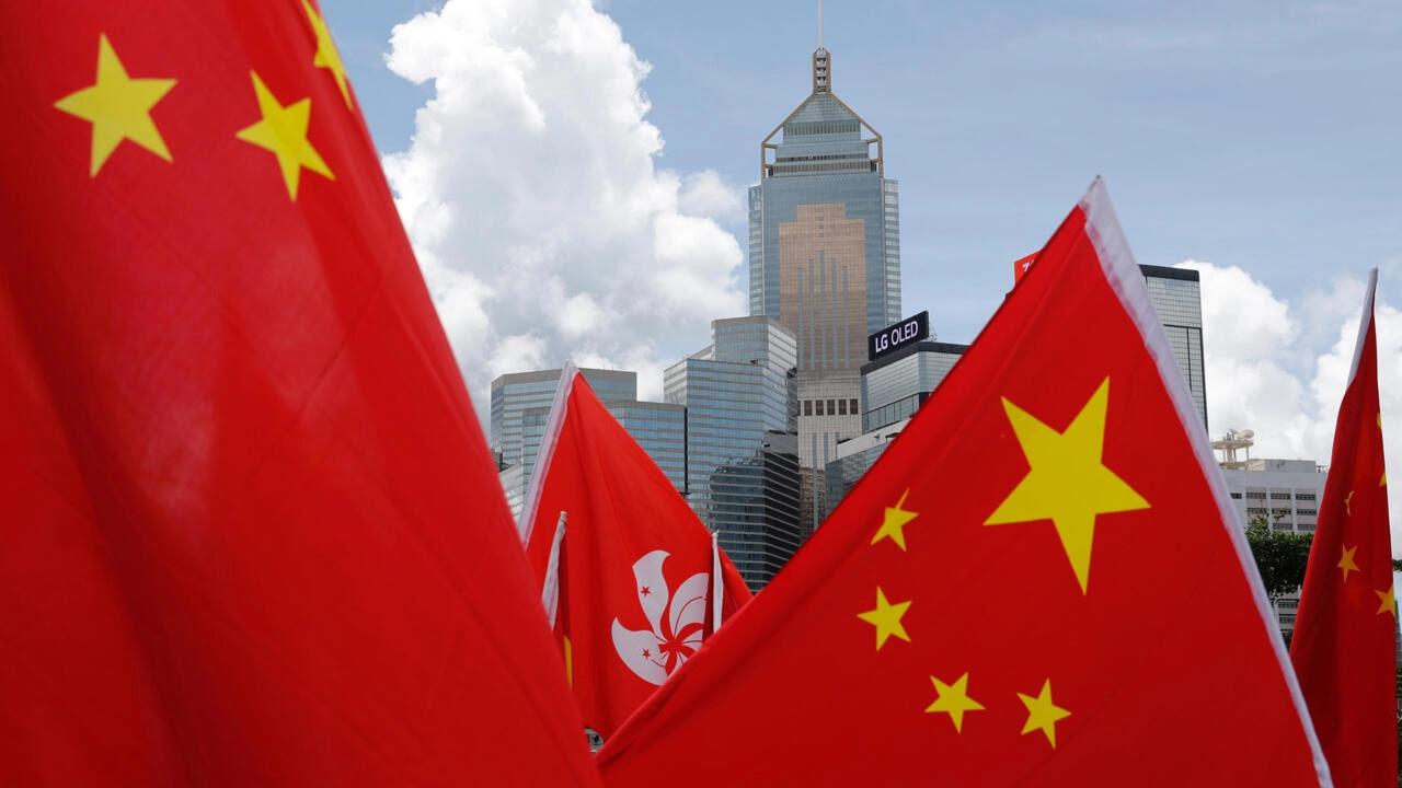Cờ Trung Quốc-Hồng Kông được những người thân Bắc Kinh trương lên chào mừng Hoa Lục thông qua, ban hành luật an ninh cho đặc khu hành chính ngày 30/06/2020.