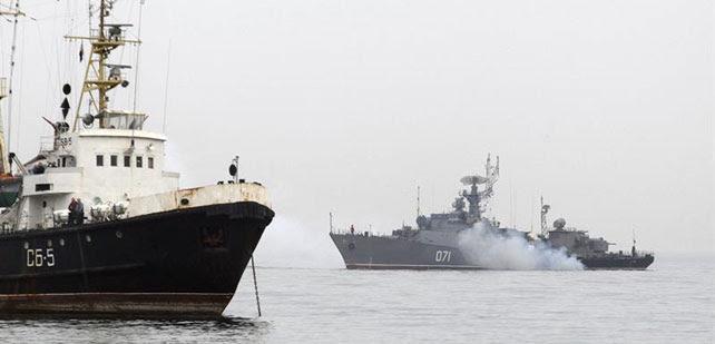 El buque de guerra ruso 'Suzdalets' (d) bloquea la entrada de la base naval ucraniana en Sebastopol, Ucrania.
