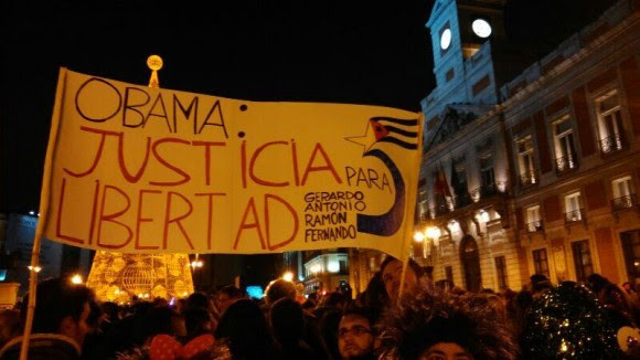 Pancarta desplegadapor la libertad de los Cinco antiterroristas cubanos en la Puerta del Sol de Madrid. Foto: Casal d'Amistat Català-Cubà de Barcelona,Defensem Cuba