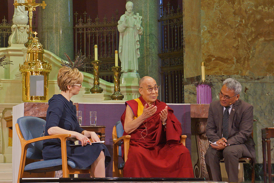 Cathy Wurzer asking His Holiness the Dalai Lama questions from members of the audience during his talk at the chapel of the Mayo Clinic in Rochester, Minnesota, USA on February 29, 2016. Photo/Jeremy Russell/OHHDL