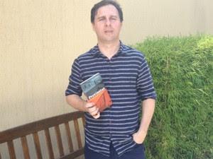 Jornalista lança 'Crônicas da Alma Interiorana', em Curitiba, nesta quinta-feira (28) (Foto: Thais Kaniak / G1)