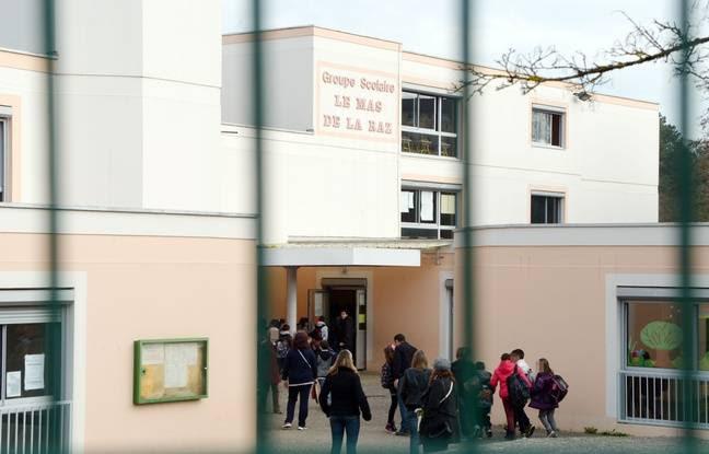 Des enfants et parents a l'entree de l'ecole elementaire du Mas De La Raz. Villefontaine : un directeur d'ecole soupconne de viols sur des eleves. Le directeur d'une ecole primaire de la commune nord-iseroise de Villefontaine, soup onne de viols sur mineurs, a ete interpelle et place en garde a vue. Credit:ALLILI MOURAD/SIPA