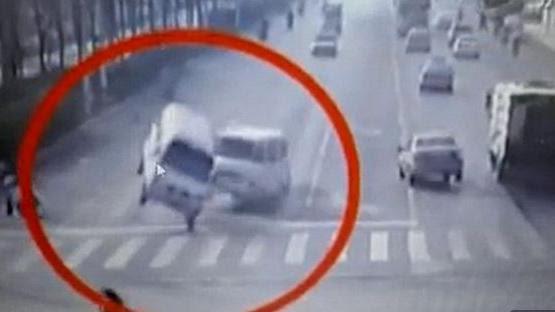 VIDEO. Chine : des camionnettes en lévitation à cause d'un câble tendu sur la route