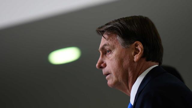Bolsonaro diz que foi obrigado a vetar projeto para distribuição de absorventes