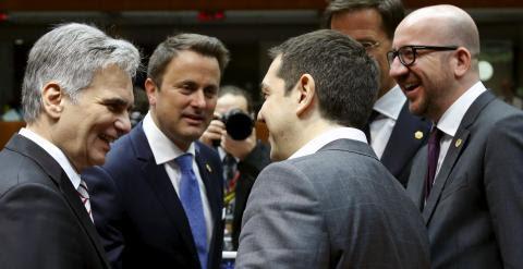El primer ministro griego, ASlexis Tsipras (de espalda), saluda a su llegada a la cumbre de Bruselas al canciller austriaco Werner Faymann, al primer ministro luxemburgués, Xavier Bettel, el holandés Mark Rutte, y el belga Charles Michel. REUTERS/Francois