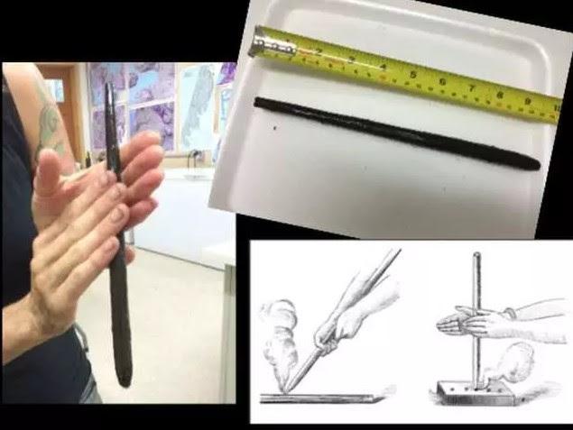 Alisha Gauvreau sostiene un taladro de mano de 6.000 años de edad. Una herramientas con la que conseguían fuego.