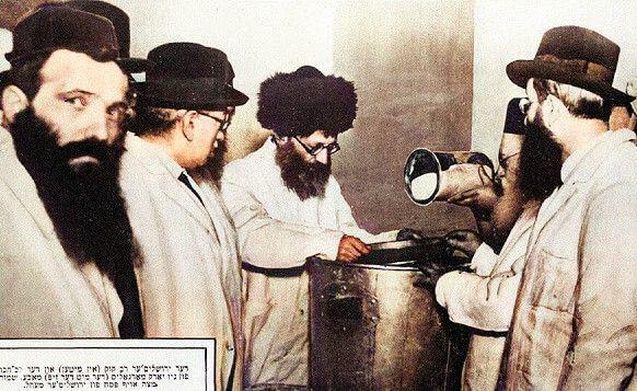 Rav_Kook_overseeing_matzah_baking_in_US_1924