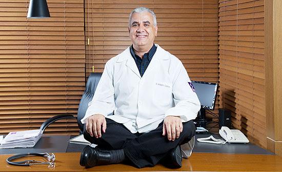 O médico Roberto Cardoso no seu consultório, em São Paulo