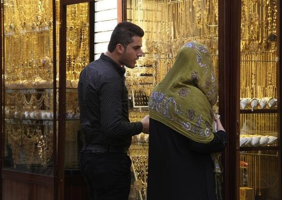 People look at gold jewellery at a shop in a gold market in Arbil, in Iraq's Kurdistan region, March 16, 2014. REUTERS/Azad Lashkari/Files