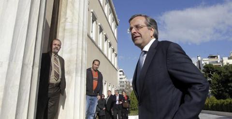 El primer ministro griego, Antonis Samaras, a  las puertas del Parlamento en Atenas. EFE/Orestis Panagiotou