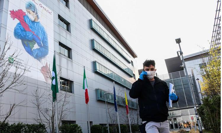 Người đàn ông đeo khẩu trang tại Bệnh việnPapa Giovanni XXIII, ở thành phố Bergamo. Ảnh: AFP.